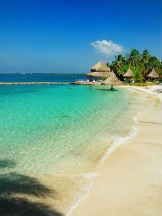 Arquipélago de San Bernardo: ao sul de Cartagena, no golfo de Morrosquillo, o arquipélago de San Bernardo é formado por dez ilhas cuja beleza é preservada no Parque Nacional de Rosario e San Bernardo. As ilhas impressionam por suas águas claras. A principal delas, onde estão a maioria dos hotéis e pousadas do arquipélago, é a ilha de Múcura.