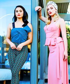 Camila Mendes and Lili Reinhart Betty Cooper, Alice Cooper, Riverdale Cw, Riverdale Memes, Lili Reinhart, Neon Make Up, Riverdale Wallpaper Iphone, Camilla Mendes, Cleveland