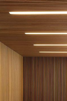 lambris mur et plafond en lamelles de bois et éclairage intégré Wood Slat Ceiling, Wood Slat Wall, Wooden Ceilings, Wooden Slats, Wood Walls, Concrete Wall, Brick Wall, Wood Paneling, Fabric Ceiling