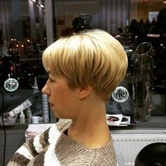 The wedge hairstyles give women a retro look. Find the best advice as well as hot picture of the Best Short Wedge Haircuts for Chic Women. Short Stacked Wedge Haircut, Short Wedge Hairstyles, Layered Bob Short, Stacked Haircuts, Haircuts With Bangs, Cute Hairstyles For Short Hair, Straight Hairstyles, Pixie Haircuts, Shaggy Hairstyles