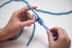 LE truc magique pour débuter un projet de crochet! Beginner Crochet Projects, Loom Knitting Projects, Crochet For Beginners Blanket, Loom Knitting Patterns, Knitting Blogs, Knitting For Beginners, Crochet Patterns, Diy Crochet And Knitting, Crochet Wool