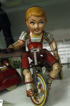 Vintage Toys *KID CYCLIST ~ tin wind up toy, made by Unique Art MFG CO., Newark J. toy Works perfect, - An old tin toy in a display at the Rochester Strong Museum Of Play Metal Toys, Tin Toys, Vintage Tins, Vintage Dolls, Retro Vintage, Electronic Toys, Vintage Games, Classic Toys, Antique Toys