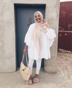 Muslim Fashion 359654720240469147 - Nisrine / 19 jaar oud / Zusje van Soraya en Sohaib / Half Marokkaans Hamf Colombiaans Source by Hijab Fashion Summer, Modern Hijab Fashion, Street Hijab Fashion, Muslim Fashion, Modest Fashion, Hijab Fashion Inspiration, Casual Hijab Outfit, Hijab Chic, Hijab Dress