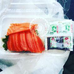 Fresh from the market  #sashimiporn #salmon #nishikimarket #kyoto #japan #foodie #sashimi #foodtravels #marketfood #rawfood #fresh #seafood #streetfood #instafood by feedmewhole