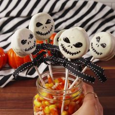 Jack Skellington Oreo Pops A scary good treat. I made these last year and my family loved them. They're so fun and really delicious. A little tedious though. Postres Halloween, Dessert Halloween, Halloween Goodies, Halloween Food For Party, Halloween Birthday, Holidays Halloween, Halloween Decorations, Halloween Cake Pops, Halloween Kid Treats