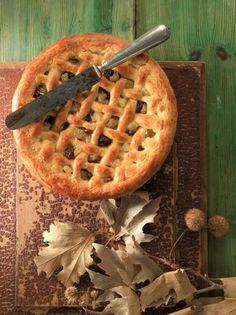 Με την ίδια ζύμη που φτιάχνoυμε και την πάστα φλώρα φτιάξαμε κι αυτήν τη μηλόπιτα. Μόνο που αντί για μαρμελάδα τη γεμίσαμε με κυβάκια από μήλα που σοτάραμε και ανακατέψαμε με μπαχαρικά και σταφίδες. Candy Recipes, Baby Food Recipes, Dessert Recipes, Cooking Recipes, Apple Crisp Cheesecake, Cheesecake Cupcakes, Apple Desserts, Apple Recipes, Apple Cakes