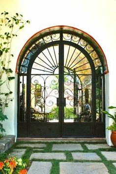 This type of artificial turf decor is definitely a very inspirational and top notch idea Spanish Colonial Homes, Spanish Style Homes, Spanish Revival, Colonial Art, California Architecture, Colonial Architecture, Renaissance, Entry Doors, Front Entry