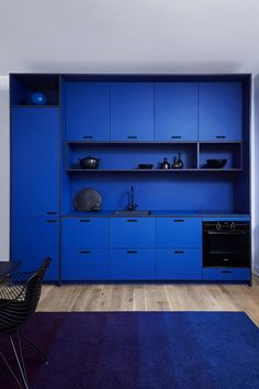 &SHUFL blue linoleum kitchen 2017 inspired by French artist Yves Klein (1928-1963) - Linoleum surface - Midnight blue - living room - decor - Forbo Flooring Systems - interior design - diy - inspiration - color - courageous