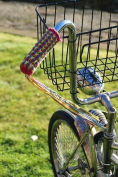 Bespoke knitted bicycle handlebar cover