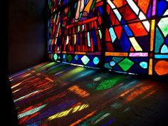 Lumière projetée d'un vitrail de l'église de Saint-Jean-de-Monts