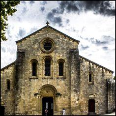 Abbaye de Silvacane (L'abbaye de Silvacane dite autrefois abbaye de Sauvecanne, est une abbaye cistercienne située dans la commune de La Roque-d'Anthéron, dans les Bouches-du-Rhône. Elle a été fondée en 1144 par saint Bernard.  Avec Sénanque et le Thoronet, Silvacane fait partie des trois abbayes cisterciennes de Provence appelées les « trois sœurs provençales » qui témoignent du grand rayonnement de l'ordre cistercien en Provence.)