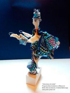 """Experiencia didáctica en el Museo de Bellas Artes de Asturias con motivo de la obra invitada """"Vestido de noche en crespón de seda negro y guarnición de cinta aplicada de lentejuelas, guipur y cristales facetados"""", creado por el diseñador Cristóbal Balenciaga en 1968"""