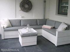 Foto: Stijlvolle bank van wit geverfd steigerhout. Geplaatst door Bijzondermooi op Welke.nl