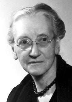 1946   Premio Nobel de  la Paz   Anteriormente profesora de Historia y Sociología, presidente honorario internacional de Women's International League for Peace and Freedom