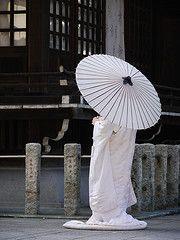 japanese bride in white kimono carrying a white oriental parasol (umbrella) White Umbrella, Under My Umbrella, Yokohama, Japanese Culture, Japanese Art, Japanese Style, Destination Japon, Kyoto, Kimono Chino