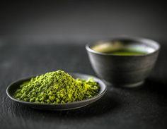 Matchá é feito com a mesma planta do chá verde, e ajuda a emagrecer e tratar vários problemas de saúde. Saiba os benefícios e como preparar matchá.