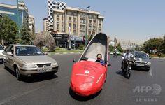 真っ赤なハイヒールカーで商売繁盛、テヘランの靴磨き 国際ニュース:AFPBB News