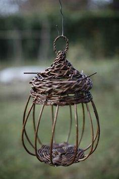Bird sculpture in willow Weaving Projects, Weaving Art, Willow Weaving, Basket Weaving, Diy And Crafts, Arts And Crafts, Paper Crafts, Handmade Crafts, Handmade Rugs