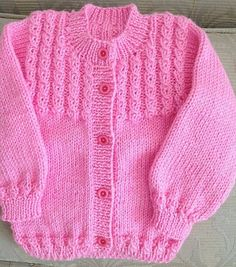 No photo description available. Baby Cardigan Knitting Pattern Free, Kids Knitting Patterns, Baby Sweater Patterns, Knitted Baby Cardigan, Knit Baby Sweaters, Baby Hats Knitting, Knitting Designs, Knitting Dolls Clothes, Crochet Baby