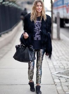 A calça de paetê Isabel Marant é combinada com blusa vintage, tênis e casaco de pele Foto: Neon Hart / Reprodução