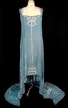 House of Callot Soeurs, Paris, Callot-blue silk velvet gown with double train; embroidered in silver with seed pearls, in Callots signature embroidery style of bows or ribbon; 20s Fashion, Estilo Fashion, Art Deco Fashion, Fashion History, Retro Fashion, Vintage Fashion, Couture Fashion, Vintage Outfits, 1920s Outfits