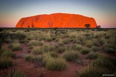 Uluru (Austrália) - É um dos maiores símbolos da Austrália. O Parque Nacional Uluru-Kata Tjuta fica no outback australiano, região famosa pelas paisagens áridas e formações rochosas peculiares. O local é repleto de mitologia, por conta dos povos ancestrais que ali habitaram por milênios. O principal ponto turístico é a rocha Uluru, o segundo maior monolito do mundo, (atrás apenas do Monte Augustus, também na Austrália) e considerada sagrada para os indígenas.