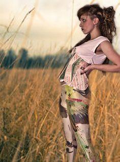 ...Alcedo aTThis leGGingS... legíny LEdnáČek .. leGGingS: made by Lippatukka with love ... photography: Karolis Kesminas/ Karolis Daukša make-up:- - - sun - shine - - - model: LUKA w. legíny jsou velikosti M (38-40 ) jsou z velmi pružné látky /plavkoviny/ tudýž sedí i na postavě velikosti S a L vnější délke od pasu k dolnímu kraji je 84cm - v horní části jsou začištěny velmi ...