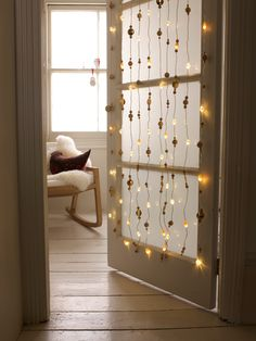 Modern Christmas - Garlands of lights in the same tone, to replace the trees flashing colored lights. A good idea is to place them in a glass front door so that they shine through to the other room.