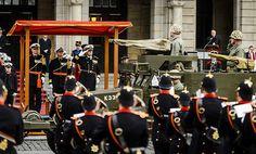 Koning neemt defilé jarig Korps Mariniers af (met fotoserie) -  Koning Willem-Alexander neemt een defile af van het Korps Mariniers, dat 350 jaar bestaat. Langs het stadhuis op de Coolsingel lopen z'n 2000 mariniers en veteranen. beeld ANP