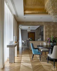Вид через столовую на кухню. Барные стулья, Fendi. Обои из шпона, Maya Romanoff…