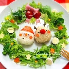 Adorable Santa and Reindeer onigiri plate, surrounded by veggie salad Christmas wreath Cute Food, Good Food, Yummy Food, Heath Meals, Japanese Food Sushi, Onigirazu, Food Carving, Work Meals, Cake Decorating Videos