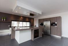 Keuken uit Shinnoki 2.0. Dit is kant en klaar fineer. Door: Klomp keukens & interieurbouw, Mill.