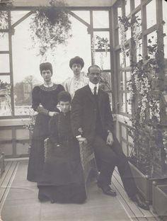 judicialinvestigator:    Мария Федоровна, Михаил Александрович (сидят), королева Александра и принцесса Викторияhttp://www.bibelotslondon.co.uk/shop/4586332944/dowager-empress-marie-grand-duke-michael-queen-alexandra-princess-victoria-denmark-rare-private-photo/8857925