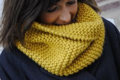 snood Une souris dans mon dressing Cowl Scarf, Knit Cowl, Circle Scarf, Knitted Gloves, Crochet Yarn, Diy Fashion, Knitting, Dressing, Point Mousse