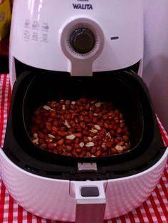 250 g de amendoim branco cru (metade do saquinho geralmente encontrado à venda) Pré-aqueça por 3 minutos. Colocar o amendoim direto ...