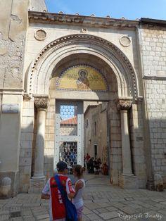 Das Eingangsportal der Euphrasius-Basilika