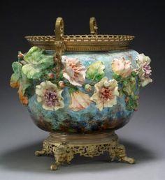 Vase en #céramique à fond bleu, à décor de fleurs en relief, roses trémières, feuillages et bourgeons. Vendu aux #encheres le 3 Juillet 2014 par AGUTTES, SVV à Neuilly sur Seine