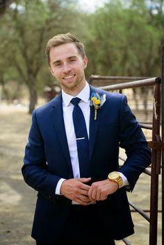 Costume navy, cravate à pois et fleurs jaunes à la boutonnière. La montre XXL de chez Nixon est sans doute de trop par contre ! #inspirations #look #mode #mariage #costume #bleu #navy #cravate #pois #montre #nixon #wedding #suit #mensfashion