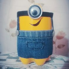 DIY MINION: Recycle bottle pencil holder