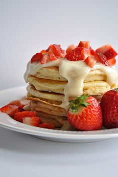 Strawberries and Cream Pancakes. Strawberry Pancakes topped with a luscious cream cheese glaze and fresh cut strawberries. Breakfast Desayunos, Breakfast Dishes, Breakfast Recipes, Strawberry Pancakes, Strawberry Recipes, Blueberry Pancakes, Brunch Recipes, Sweet Recipes, Pancake Healthy