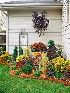 Front flower beds on pinterest vinca ground cover for Corner flower bed ideas