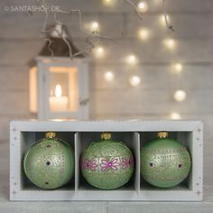 3 polske glaskugler i mintgrønne og lilla farver. Glaskuglerne er 8 cm og pakket i gaveæske med tre forskellige modeller. Sættet lavet specielt til Santashop.dk. Pris 160 kr.