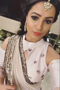 Saree Blouse Patterns, Designer Blouse Patterns, Saree Blouse Designs, Blouse Styles, Choli Back Design, Sari Design, Neck Design, Shagun Blouse Designs, Blouse Desings