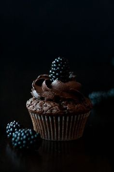 mystic light, food photography, Brombeer-Schokoladen-Cupcakes, blackberry chocolate cupcakes, recipe by www. click picture for Cupcake Photography, Dark Food Photography, Photography Ideas, Photography Lighting, Cupcake Recipes, Cupcake Cakes, Dessert Recipes, Cup Cakes, Mini Cakes