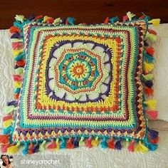 Crochet Diy Woven decorative pad - Decorative pillow to crochet with yarn woven cotton. A detail for anywhere in the home. Shipments are listed according to the site. Do not hesitate to contact us. Crochet Pillow Cases, Crochet Cushion Cover, Crochet Cushions, Crochet Home, Love Crochet, Beautiful Crochet, Crochet Mandala Pattern, Crochet Stitches, Crochet Patterns