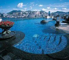 Schwimmbad und Fitnessstudio auf dem Dach des #Harbour Grand Kowloon in #HongKong.