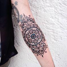 """Seit 2011 zeichnetJessica Kinzer und seit 2014 sticht sie ihre Kunstwerke auch unter die Haut. Finden tut ihr sie bei """"Rabauke Tattoos & Arts"""" in Neu-Ulm. Trotz dieser kurzen Zeit als Tätowiererin hat sie sich bereits einebeeindruckend großeFanbase aufg"""