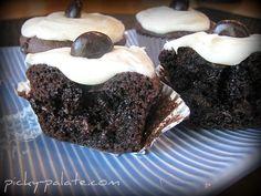 Chocolate Fudge Junior Mint centered cupcakes...see the Junior Mints in the middle?? Love Cupcakes, Baking Cupcakes, Yummy Cupcakes, Cupcake Frosting, Cupcake Cookies, Cupcake Recipes, Junior Mints, Chocolate Fudge Cupcakes, I Love Chocolate