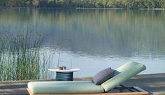 L'arrivée des beaux jours marque le retour des chaises longues, transats et autres chiliennes colorées. Au bord de la piscine ils s'imposent, prônant la détente et la paresse. En bois massif, rotin, plastique, les bains de soleil habillent votre terrasse ou votre jardin avec style. Côté Maison vous propose une sélection de 18 chaises longues, pour aménager votre extérieur !