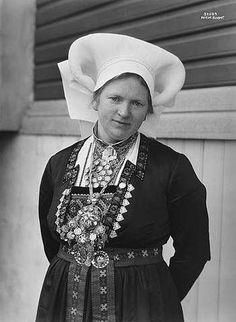 Traditional Norwegian folk costumes - Page 3 Folk Costume, Costumes, Folklore, Norway, Scandinavian, Winter Hats, Traditional, Graduation, Photographs